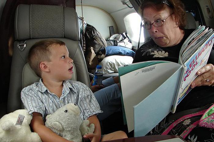 Giữ trẻ ngoan khi đi máy bay